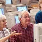 una coppia di anziani mentre usa un computer
