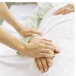 mani giovani stringono mani anziane